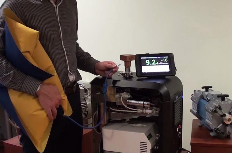 Контроль герметичности изделия с помощью гелиевого течеискателя Гелиот